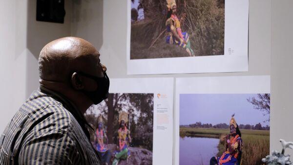 Посетитель на выставке победителей Международного конкурса фотожурналистики имени Андрея Стенина в Претории