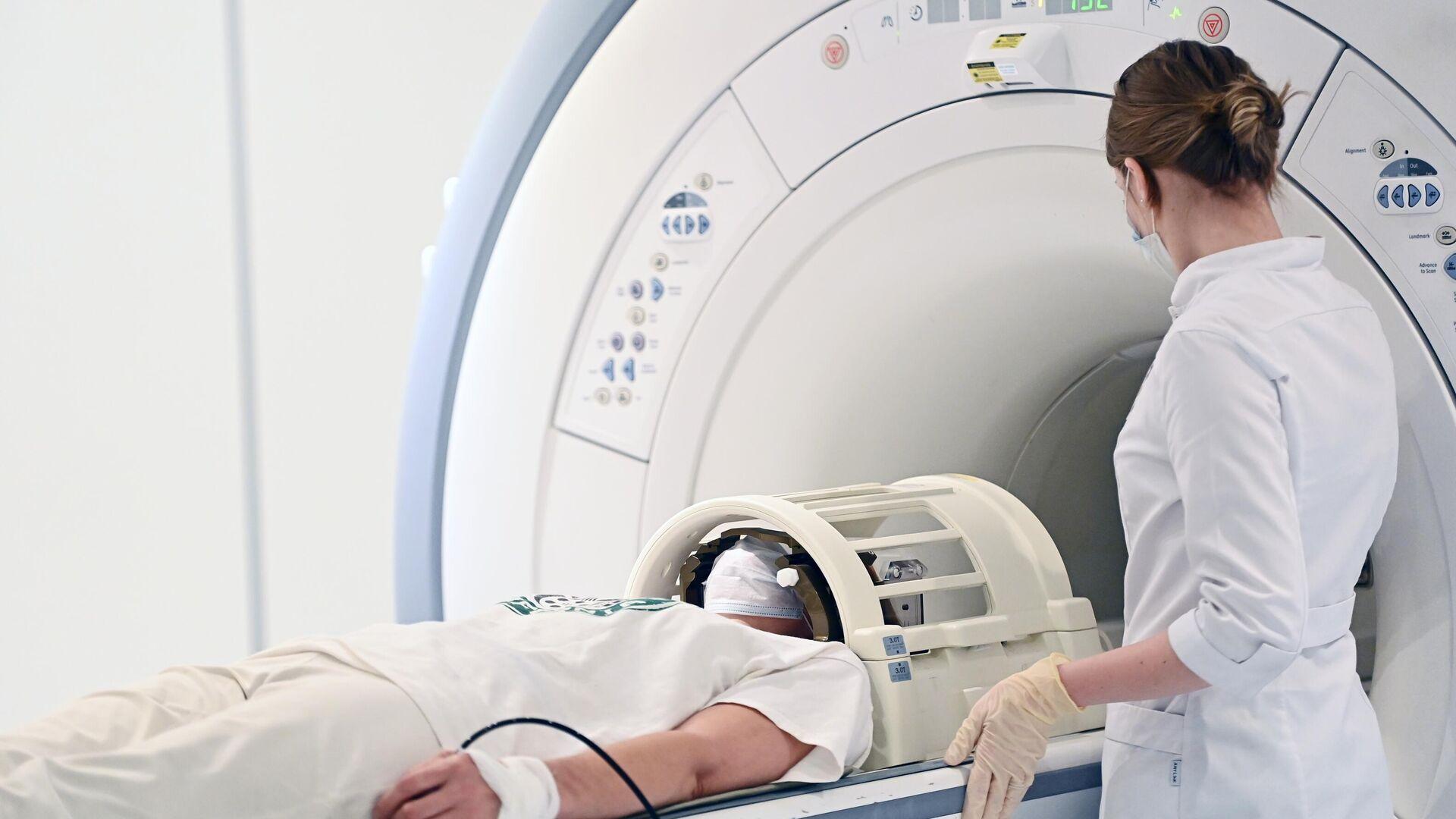 Пациент проходит обследование с помощью аппарата магнитно-резонансной томографии - РИА Новости, 1920, 20.05.2021