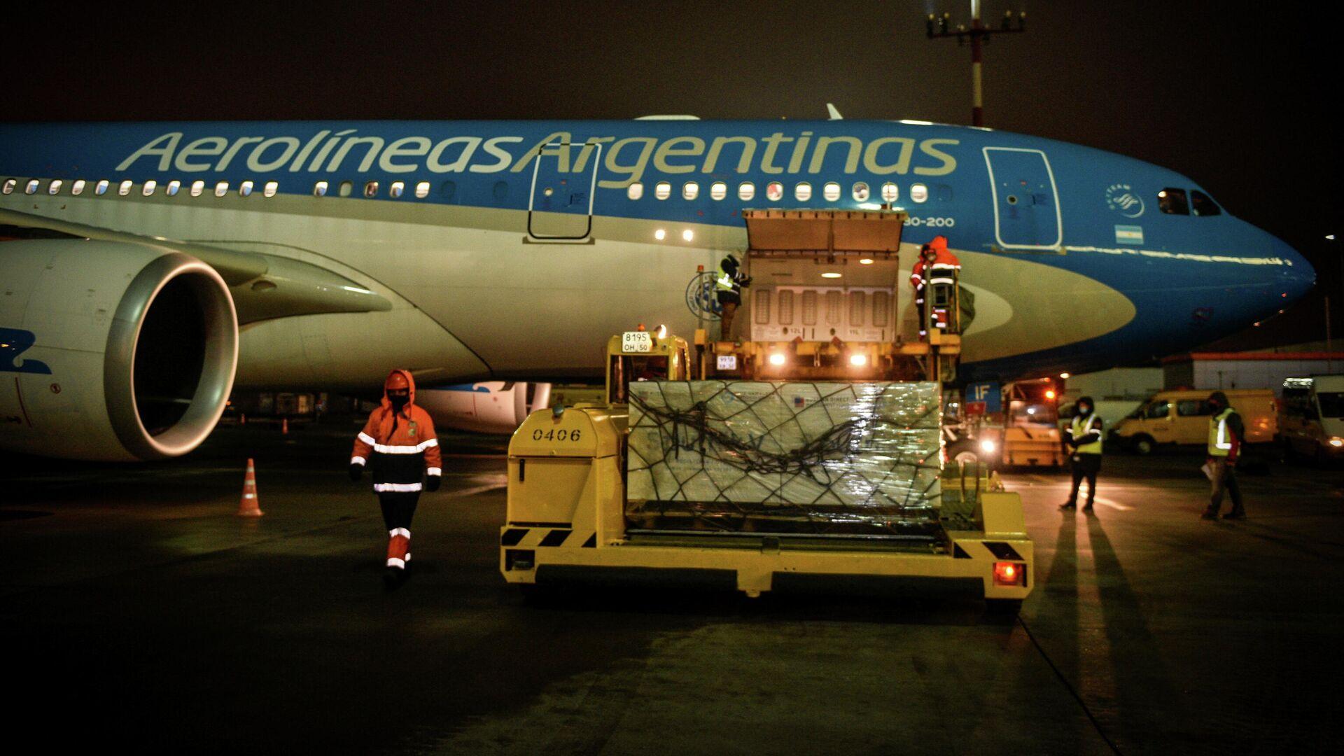 Партия вакцины Sputnik V во время погрузки в самолет авиакомпании Aerolineas Argentinas в аэропорту Шереметьево - РИА Новости, 1920, 24.12.2020