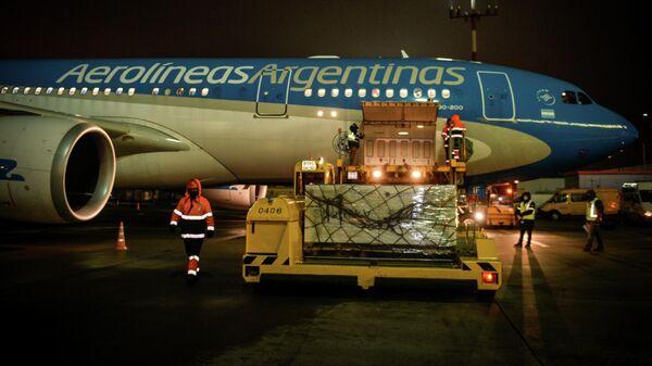 Партия вакцины Sputnik V во время погрузки в самолет авиакомпании Aerolineas Argentinas в аэропорту Шереметьево