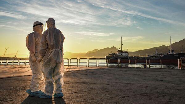 Медицинские работники в порту города Палермо, Италия