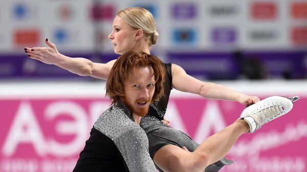 Евгения Тарасова и Владимир Морозов выступают с произвольной программой в соревнованиях среди пар на чемпионате России по фигурному катанию в Челябинске.