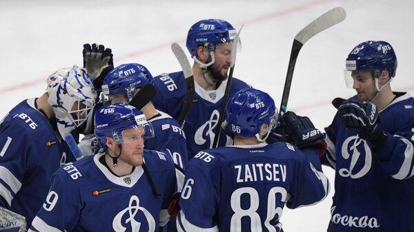 Игроки Динамо радуются победе в матче регулярного чемпионата Континентальной хоккейной лиги между ХК Динамо (Москва) и ХК СКА (Санкт-Петербург).