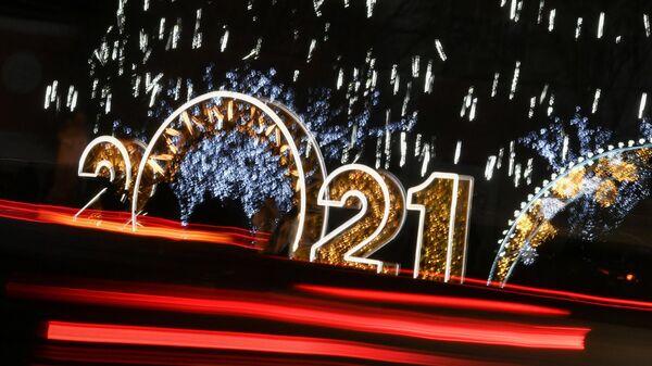 Уличное новогоднее украшение в предновогоднем Симферополе