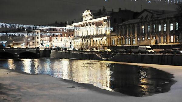 Набережная реки Фонтанки с праздничной подсветкой к Новому году в Санкт-Петербурге