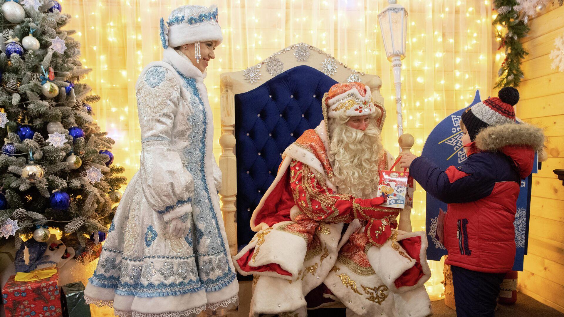 Дед Мороз со Снегурочкой в своей резиденции в Центральном парке Калуги - РИА Новости, 1920, 27.01.2021