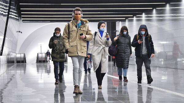 Люди идут по подземному пешеходному переходу между станциями Динамо и Петровский парк