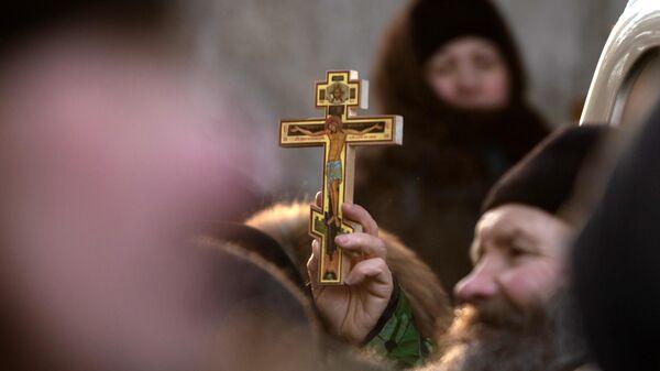 Сторонники бывшего схимонаха Сергия у ворот Среднеуральского женского монастыря в Свердловской области