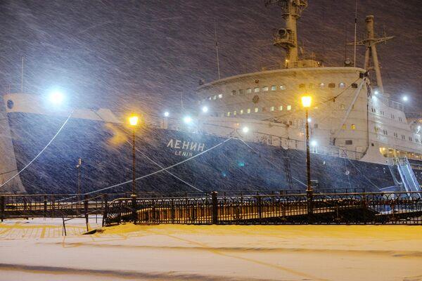 Исторический музей-ледокол Ленин у причала морского вокзала в Мурманске