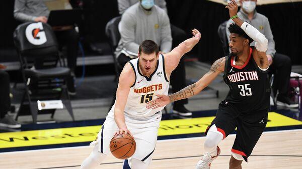 Баскетболист Никола Йокич в матче НБА