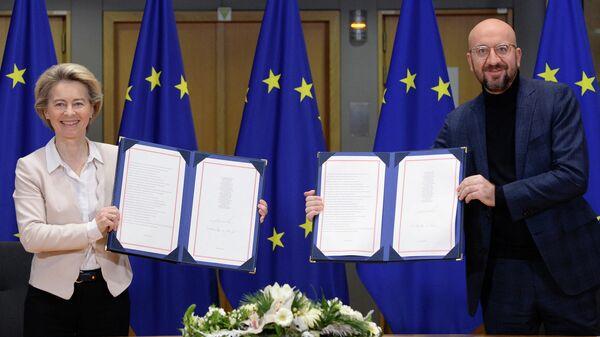 Президент Европейской комиссии Урсула фон дер Ляйен и президент Европейского совета Шарль Мишель после подписания торгового соглашения по Brexit в Брюсселе