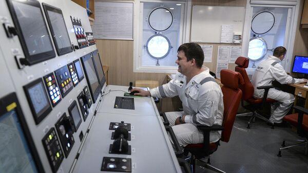 Члены экипажа в центре управления ледокольного судна