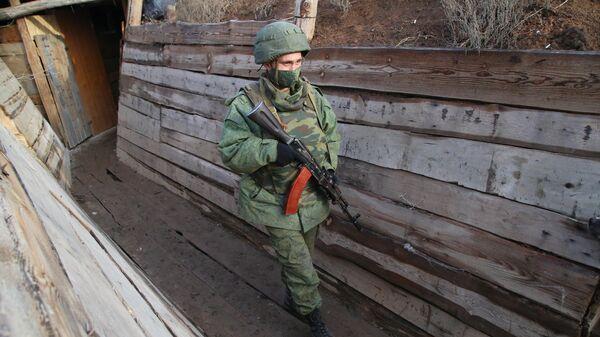 Военнослужащий Народной милиции ДНР в окопе в Новоазовском районе у села Саханка вблизи линии соприкосновения