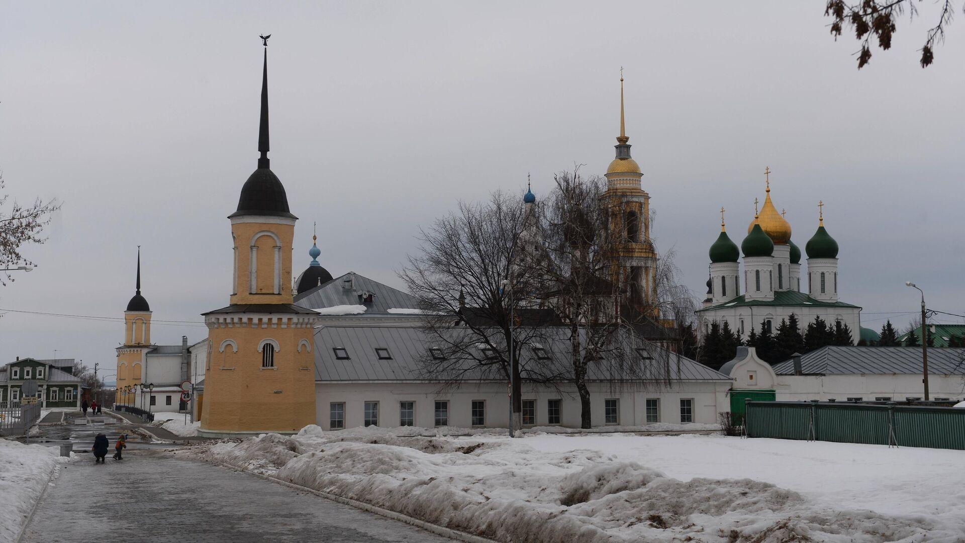Успенский кафедральный собор (справа), колокольня Ново-Голутвина монастыря (в центре) на территории Коломенского кремля - РИА Новости, 1920, 02.01.2021