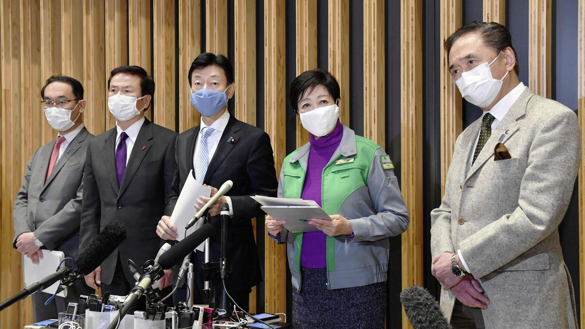 Губернаторы Сайтамы, Тибы, Министр экономики и губернаторы Токио и Канагавы на совместной пресс-конференции после встречи в Токио, Япония - РИА Новости, 1920, 03.01.2021