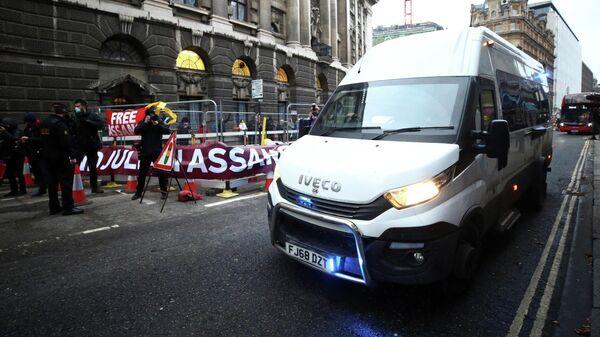 Акция в поддержку основателя WikiLeaks Джулиана Ассанжа возле Центрального уголовного суда в Лондоне