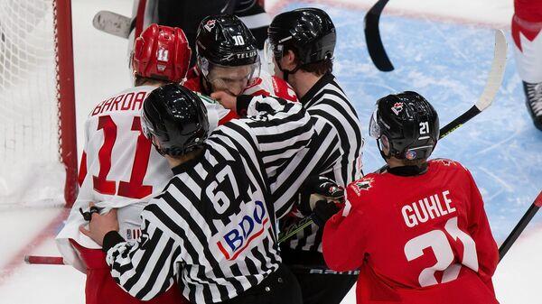 Хоккеист сборной Канады Дилан Холлоуэй и хоккеист сборной России Захар Бардаков во время полуфинала чемпионата мира по хоккею в Эдмонтоне
