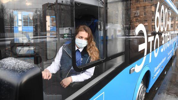 Водитель за рулем 600-го по счету электробуса, поступившего в парк общественного транспорта Москвы