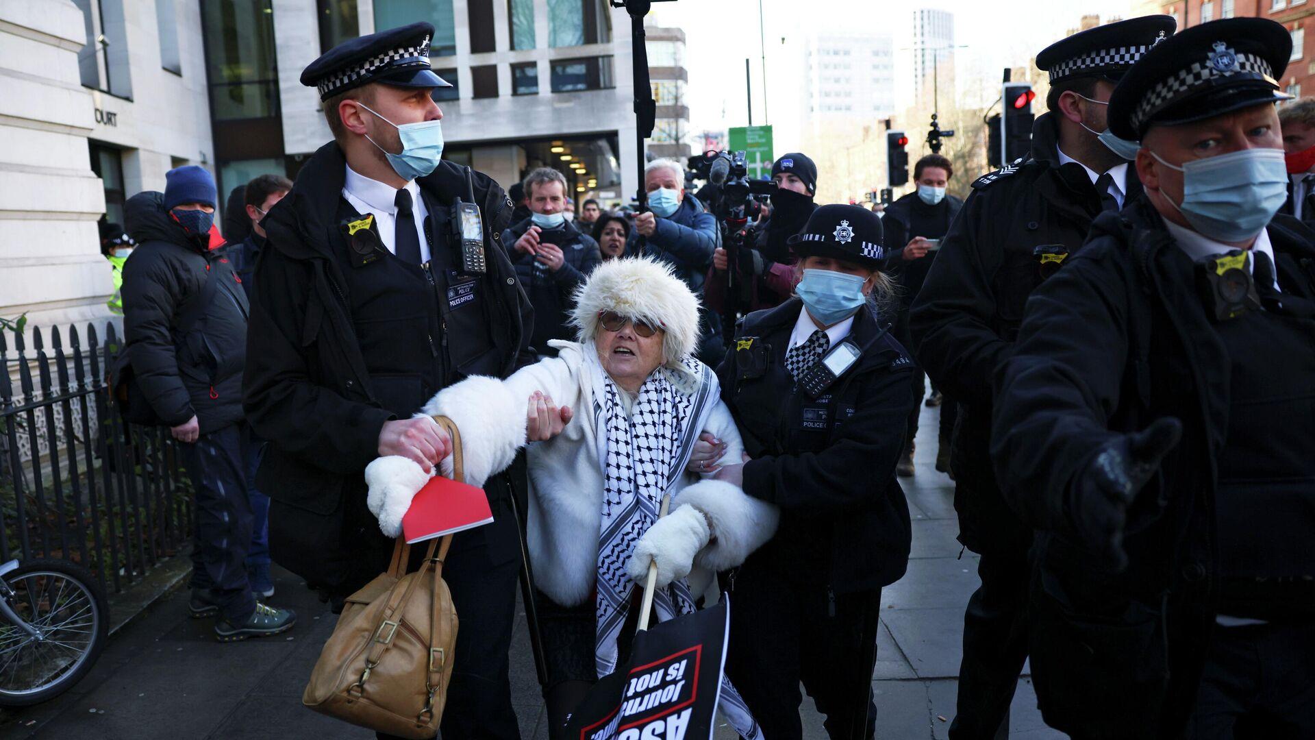 Сотрудники полиции задерживают сторонницу Джулиана Ассанжа возле здания суда в Лондоне - РИА Новости, 1920, 06.01.2021