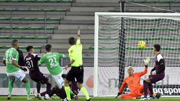 Игровой момент матча чемпионата Франции Пари Сен-Жермен - Сент-Этьен