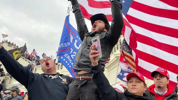 Участники акции сторонников действующего президента США Дональда Трампа у здания конгресса в Вашингтоне