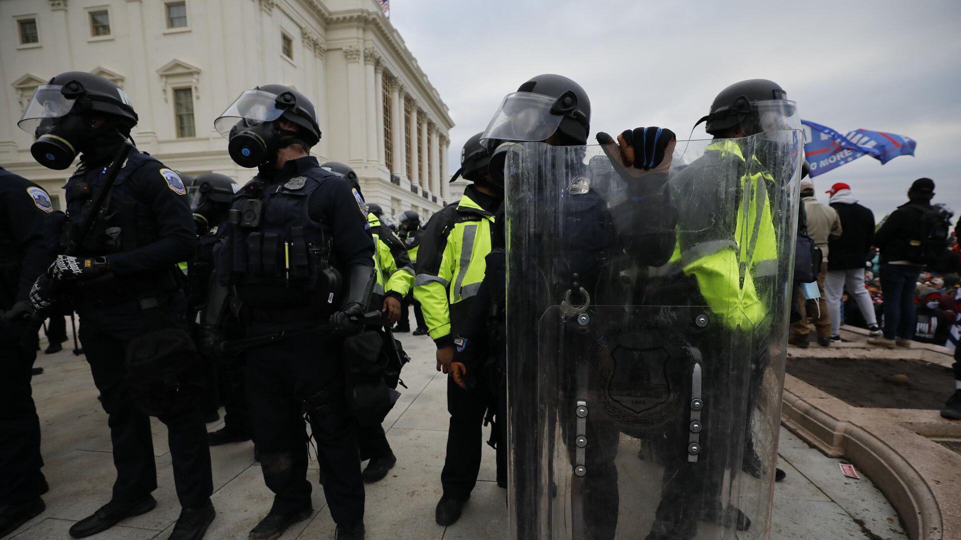 Сотрудники полиции во время акции протеста сторонников действующего президента США Дональда Трампа у здания конгресса в Вашингтоне - РИА Новости, 1920, 09.01.2021