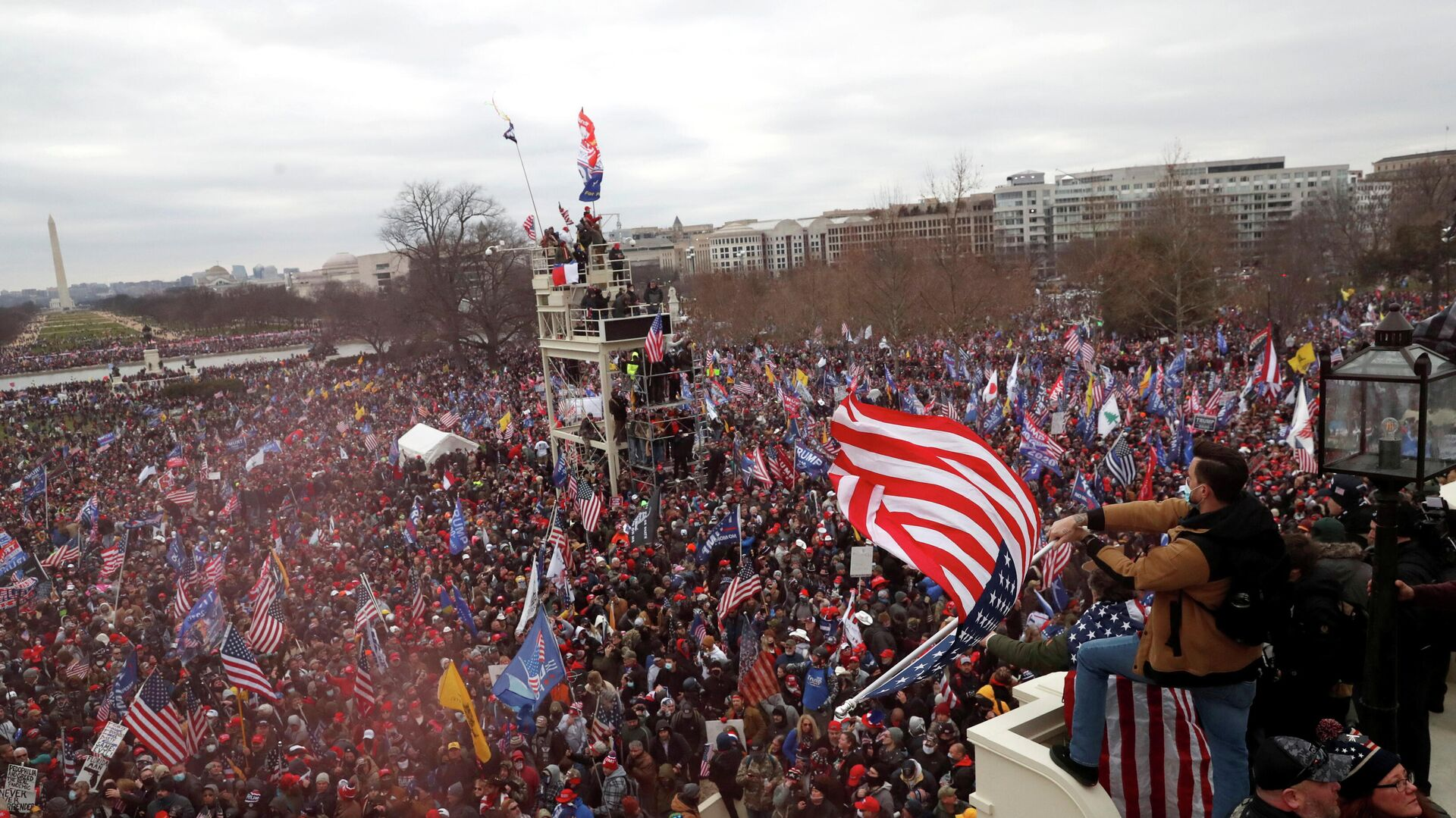 Участники акции сторонников действующего президента США Дональда Трампа у здания конгресса в Вашингтоне - РИА Новости, 1920, 08.01.2021