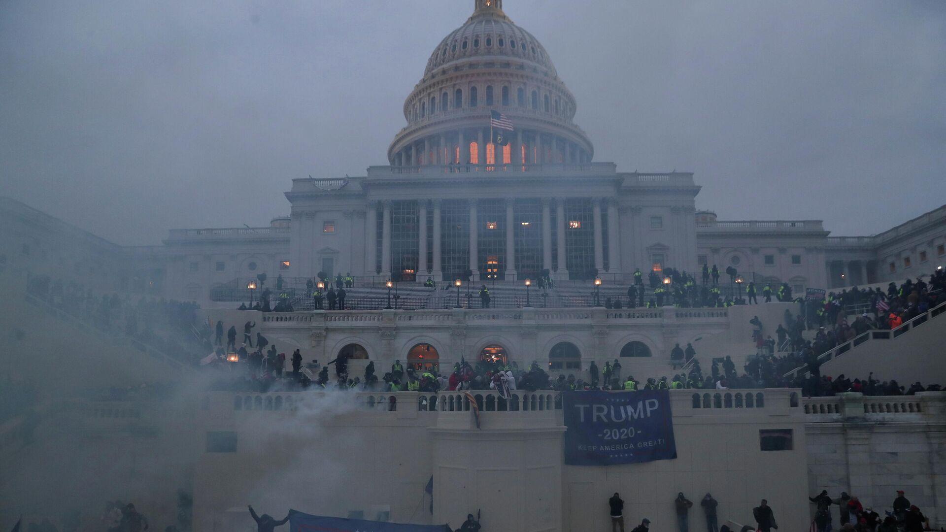 Участники акции сторонников действующего президента США Дональда Трампа у здания конгресса в Вашингтоне - РИА Новости, 1920, 22.01.2021