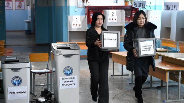 Подготовка одного из избирательных участков в Бишкеке