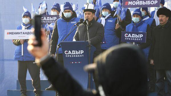 Кандидат в президенты Садыр Жапаров во время предвыборной встречи со сторонниками на Старой площади в Бишкеке