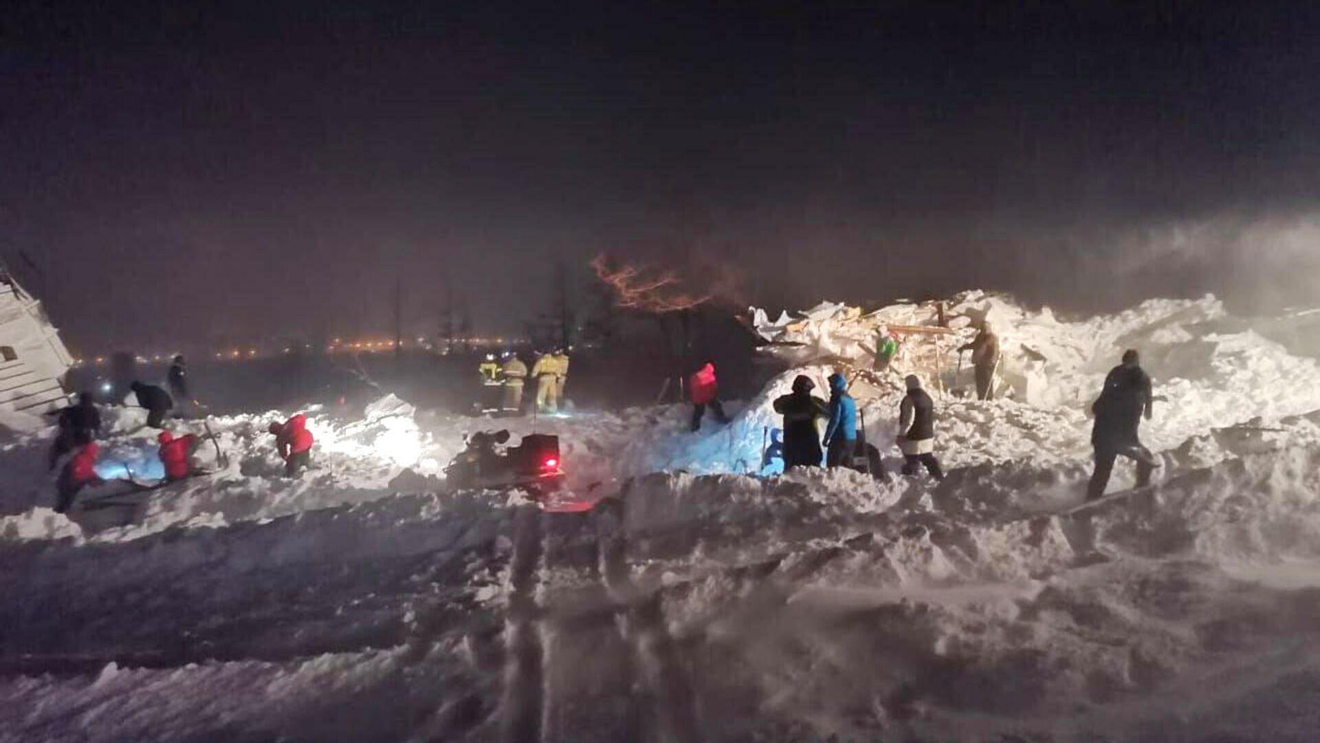 Сотрудники МЧС РФ проводят поисково-спасательные работы в районе горнолыжного комплекса Гора Отдельная в Норильске - РИА Новости, 1920, 11.01.2021