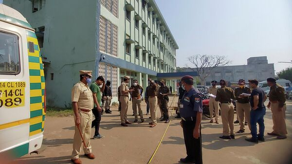 Полицейские на месте пожара в районной больнице общего профиля в Бхандаре, Индия