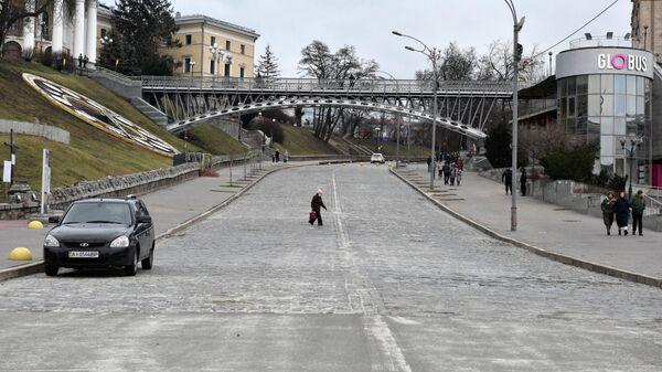 Малолюдная улица Институтская в Киеве