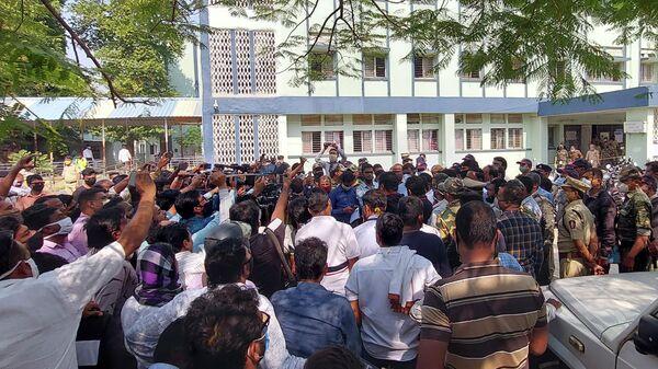 СМИ и полиция возле районной больницы в индийском штате Махараштра, где произошел пожар