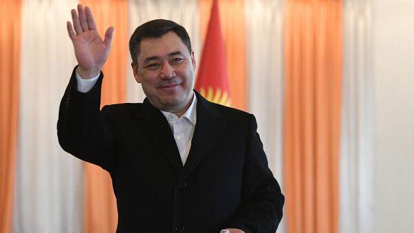 Кандидат в президенты Кыргызской Республики Садыр Жапаров после голосования на досрочных выборах президента на одном из избирательных участков в Бишкеке