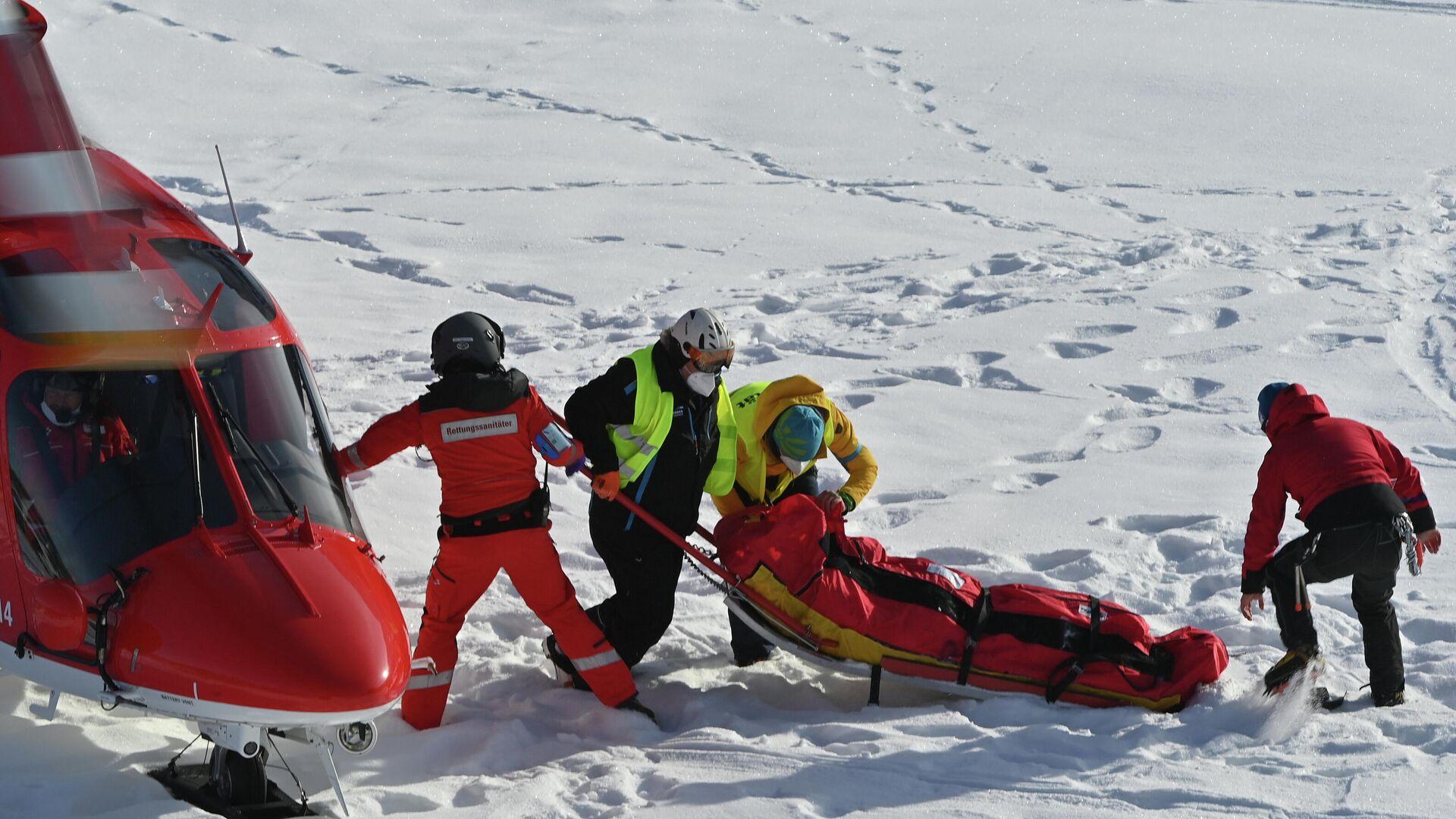 Спасатели несут американского горнолыжника Томми Форда к вертолету - РИА Новости, 1920, 10.01.2021