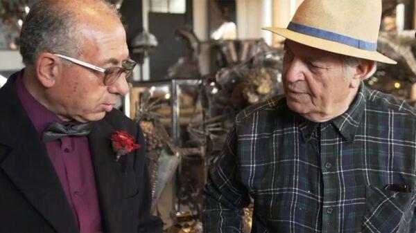 Художник Нино Уккино (справа) в своей мастерской