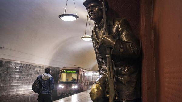 Скульптурная композиция на перроне станции Площадь Революции
