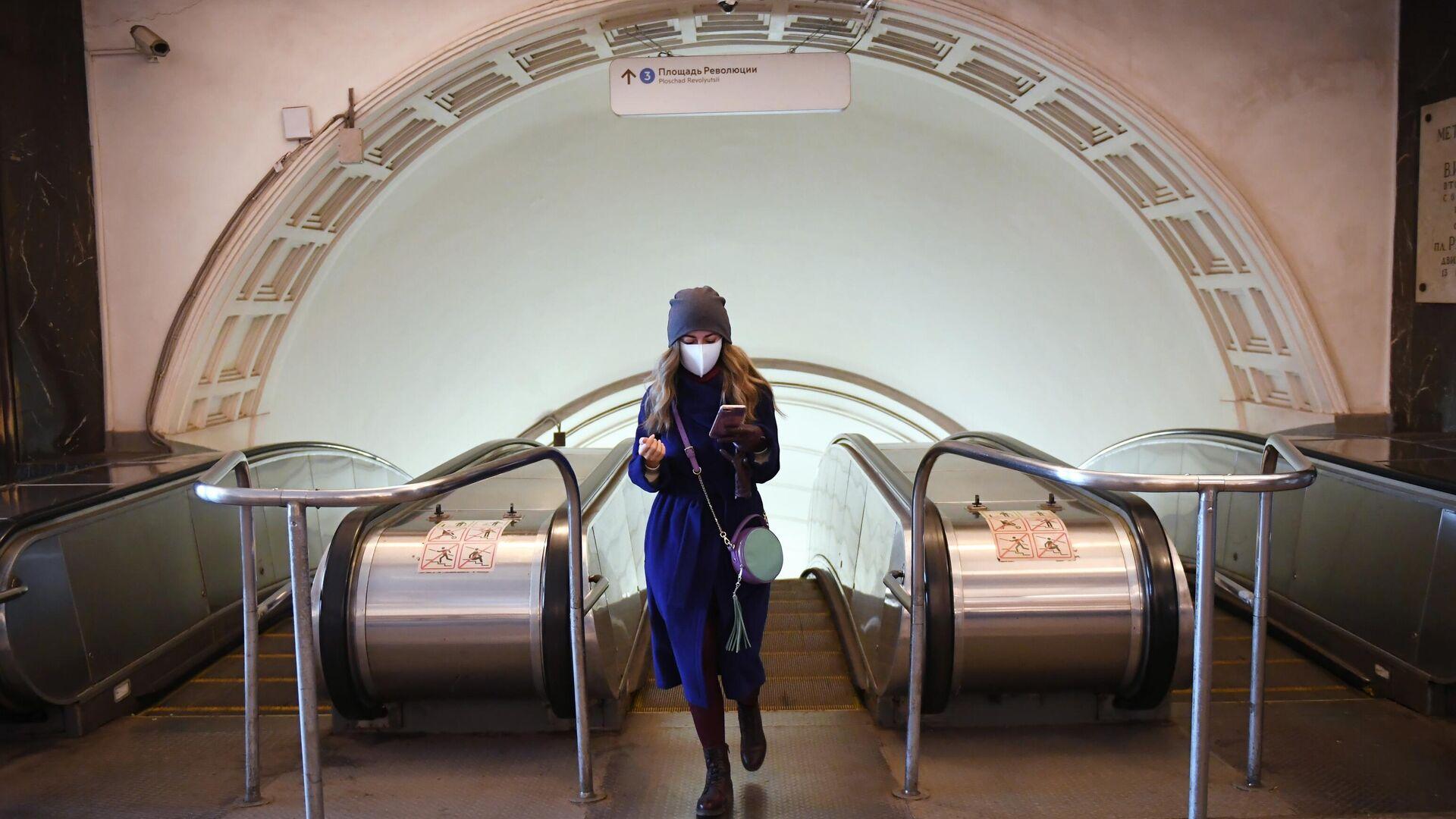 Девушка поднялась по эскалатору станции метро Площадь революции - РИА Новости, 1920, 02.03.2021