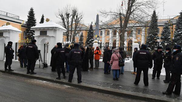 Около двух десятков противников премьер-министра Армении Никола Пашиняна во время акции протеста у посольства Республики Армения в Москве