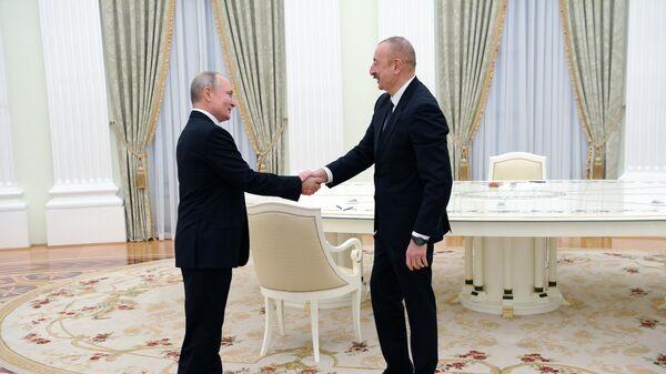 Президент РФ Владимир Путин и президент Азербайджана Ильхам Алиев перед началом трехсторонних переговоров по поводу ситуации в Нагорном Карабахе