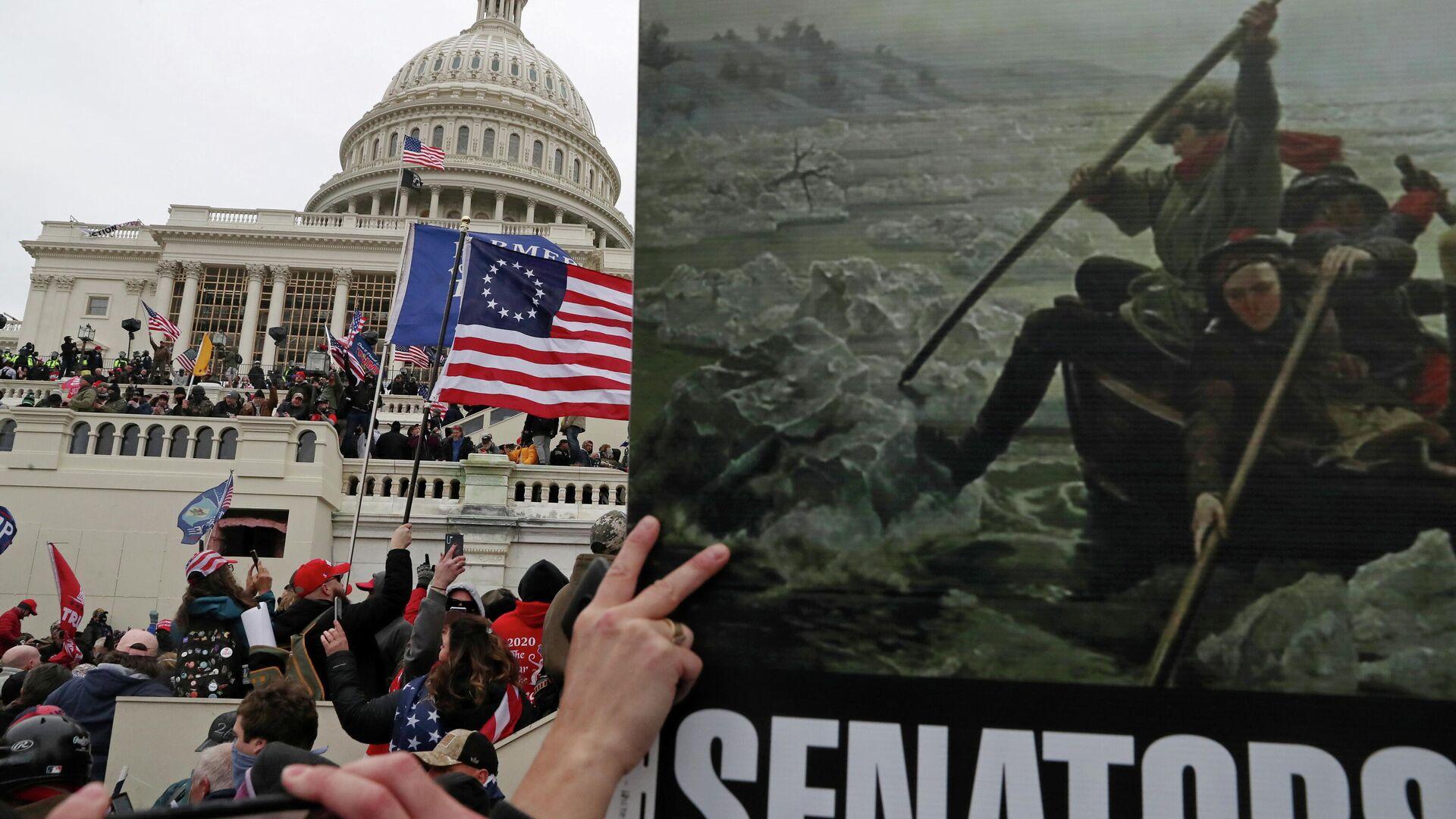 Плакат с картиной Вашингтонский переход через Делавэр в руках сторонников президента США Дональда Трампа во время штурма здание Капитолия США в Вашингтоне - РИА Новости, 1920, 12.01.2021