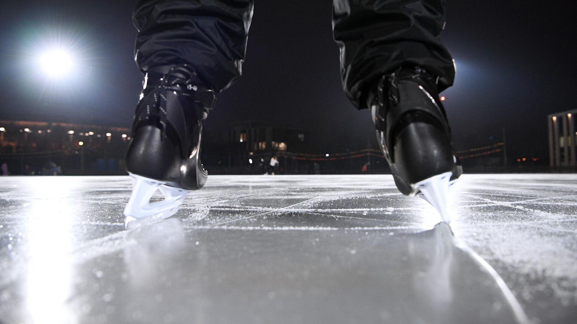 Отдыхающий катается на льду открывшегося катка Южный плюс в Лужниках - РИА Новости, 1920, 26.01.2021