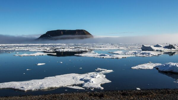 Вид на скалу Рубини с полярной станции Бухта Тихая на острове Гукера архипелага Земля Франца-Иосифа