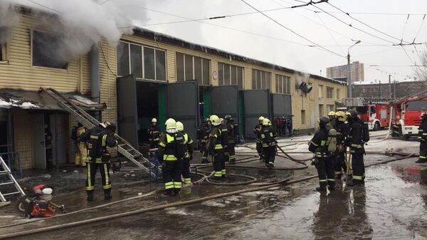 Тушение пожара в троллейбусном парке на севере Москвы