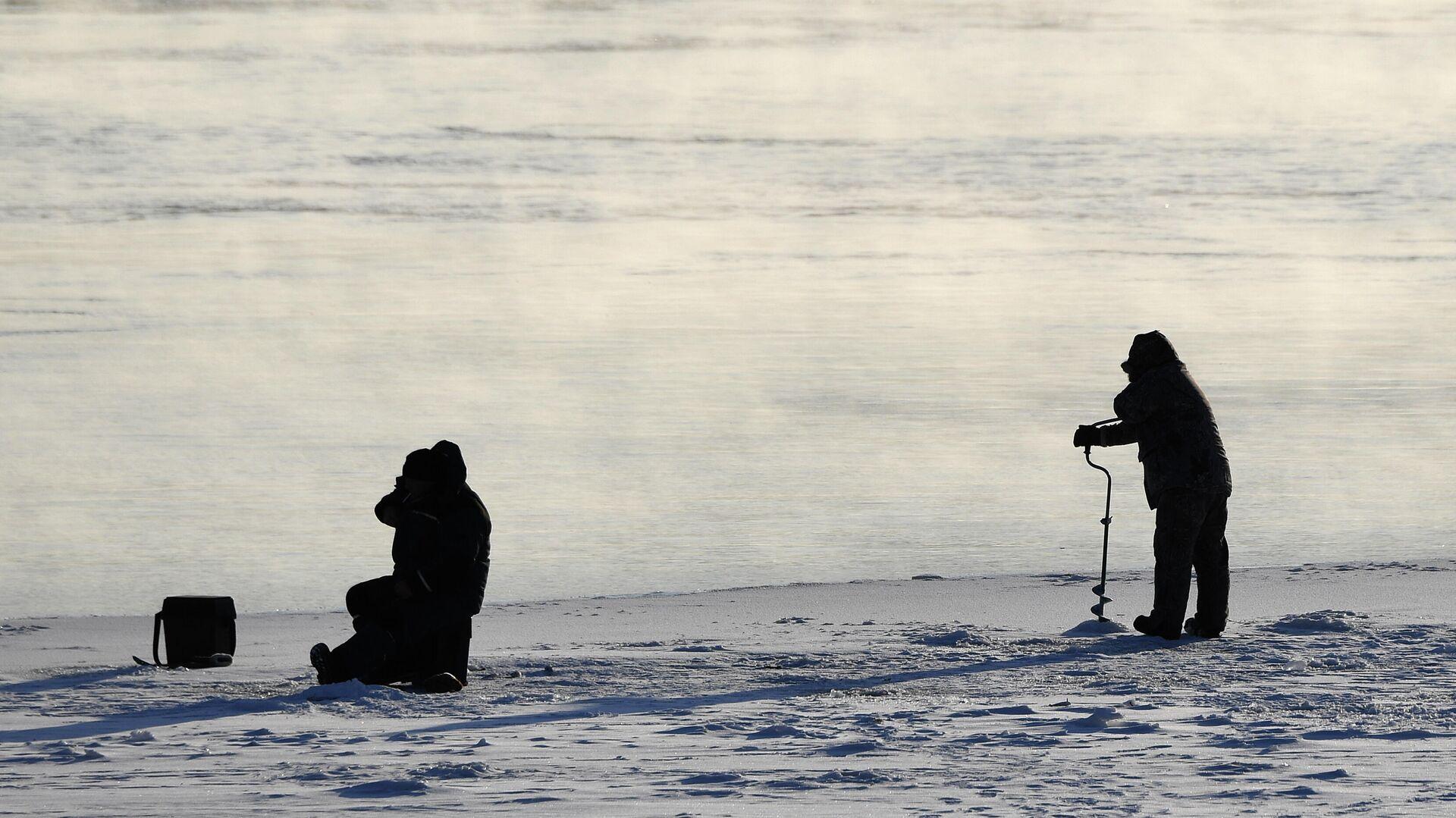 Зимняя рыбалка на ледяном поле на реке Енисей в Красноярске - РИА Новости, 1920, 06.02.2021
