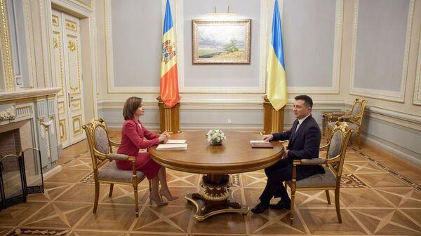Президент Молдавии Майя Санду и президент Украины Владимир Зеленский во время встречи в Киеве