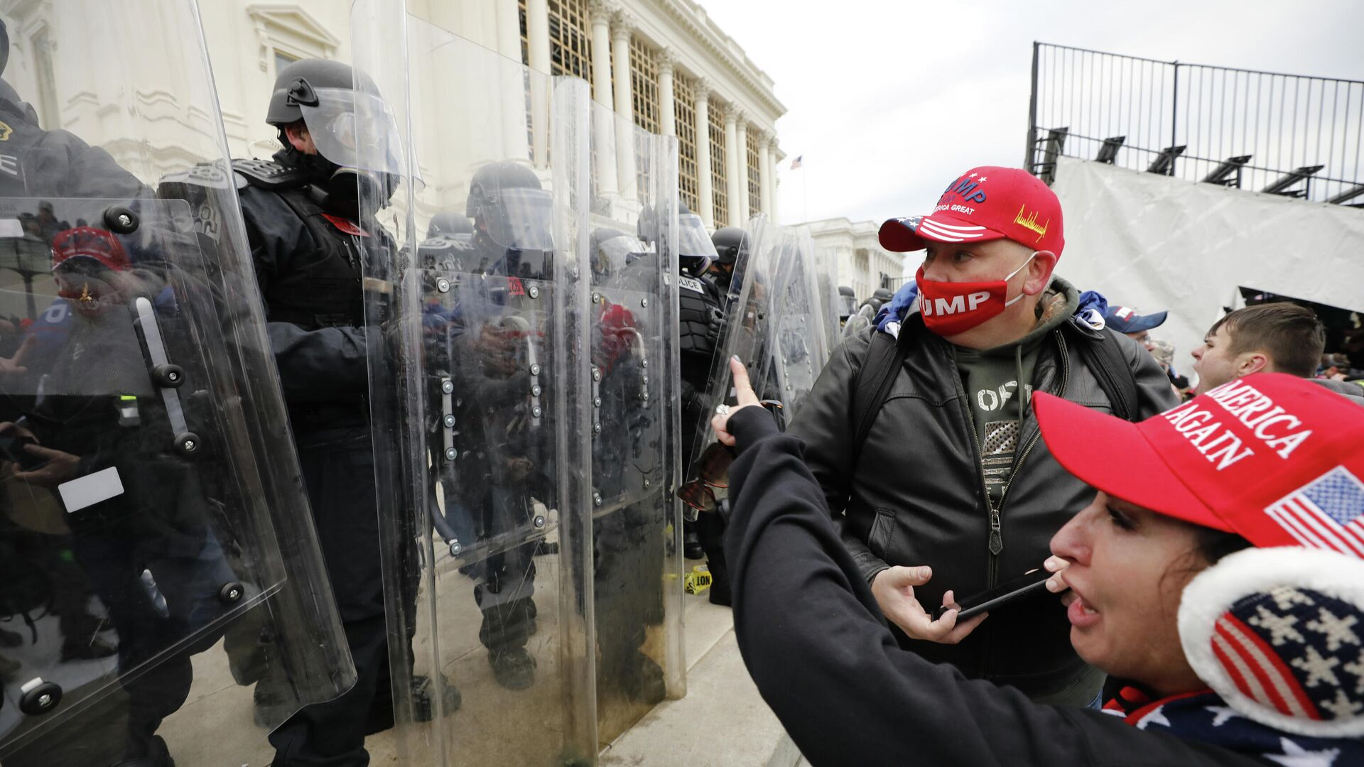 Сотрудники полиции и участники акции протеста сторонников действующего президента США Дональда Трампа у здания конгресса в Вашингтоне - РИА Новости, 1920, 23.01.2021