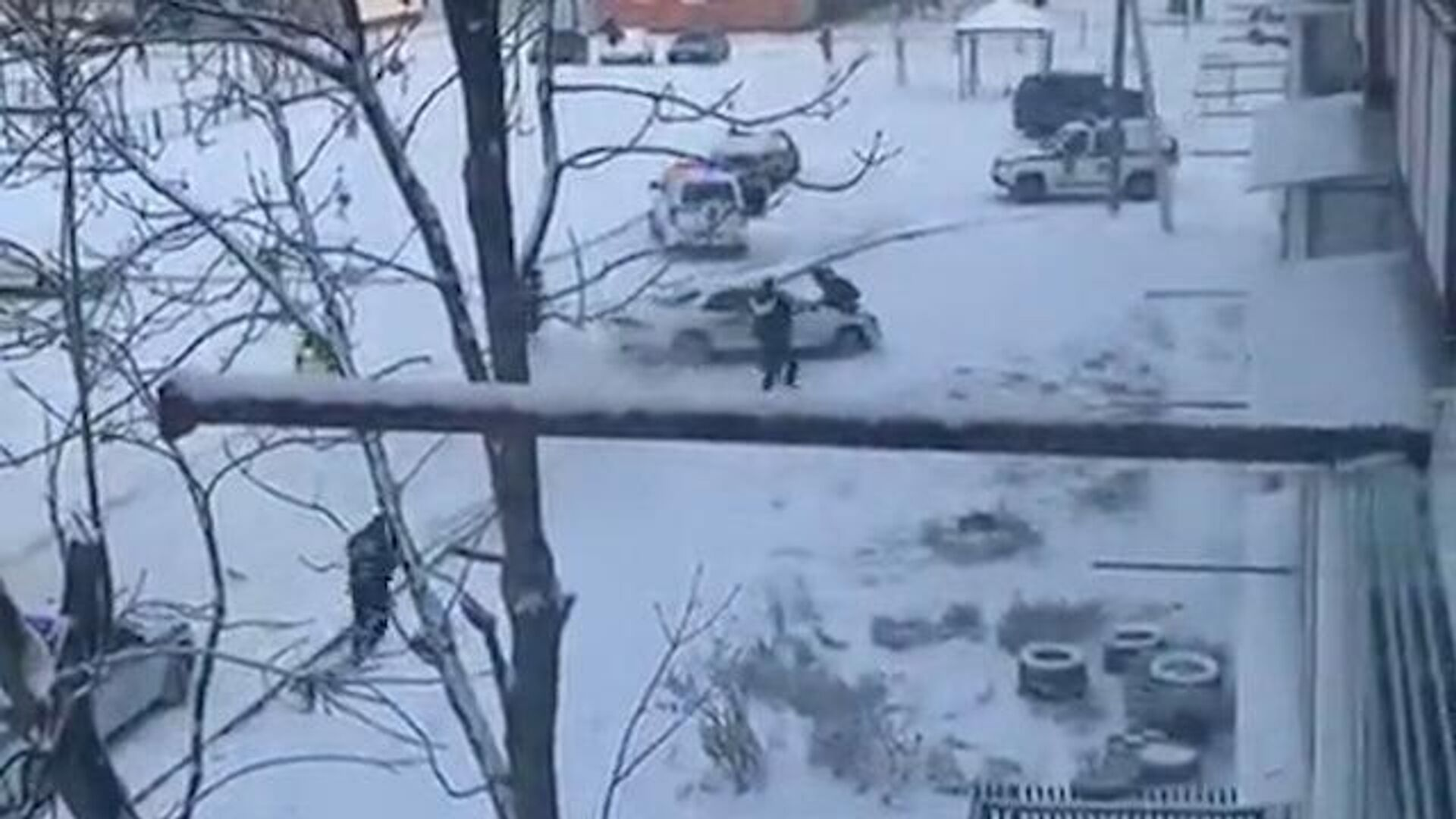 Пьяный водитель протаранил машины и чуть не задавил сотрудника ДПС, уходя от погони в Биробиджане - РИА Новости, 1920, 14.01.2021
