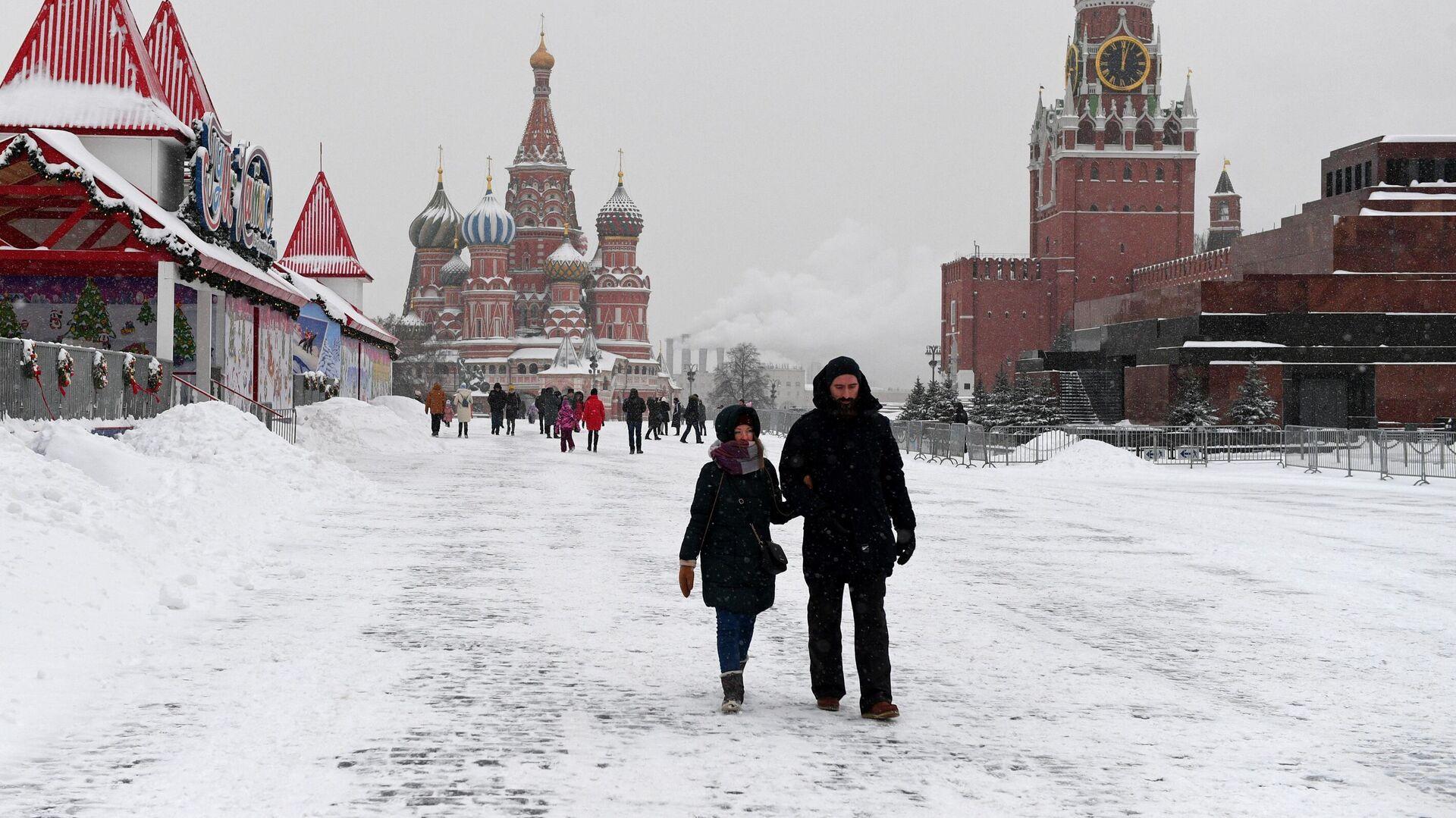 Прохожие на заснеженной Красной площади в Москве - РИА Новости, 1920, 21.01.2021